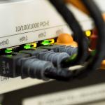 Box internet sans engagement : qui de Sosh ou RED by SFR propose la meilleure offre avec l'ADSL ou la fibre optique ?