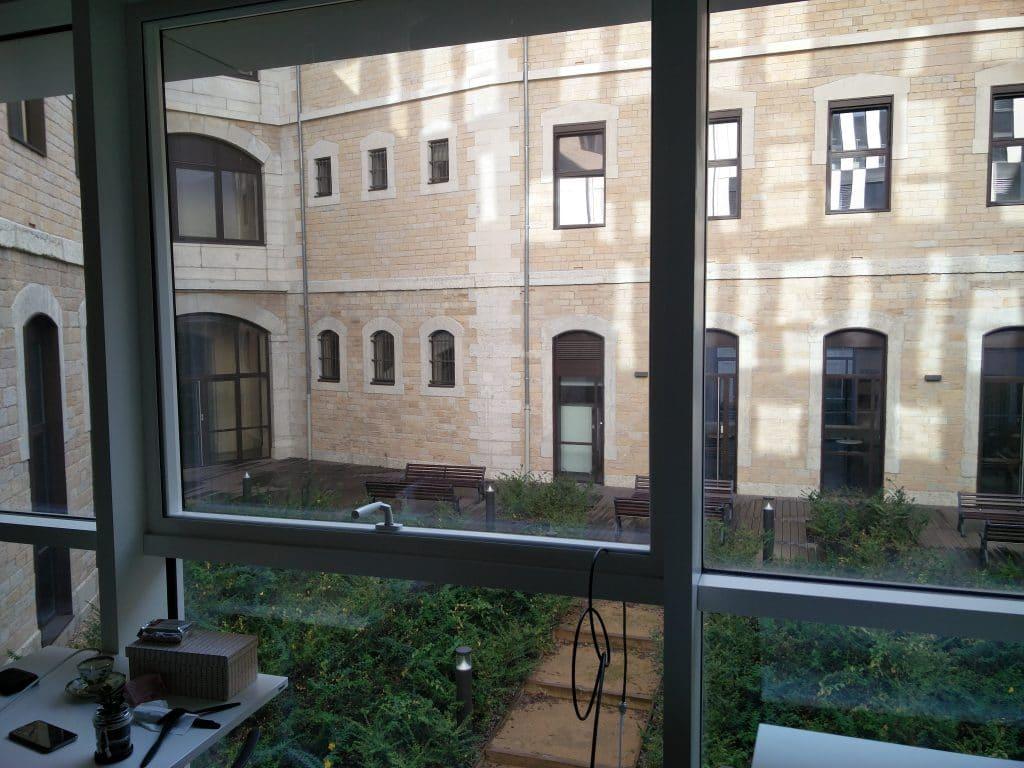 Les bureaux de MyGoldenNetwork (MonPetitForfait) sont situés dans une ancienne prison, au coeur de Lyon. Le réseau était ainsi inexistant, et les murs de pierre très épais, ne laissant pas ou peu passer le réseau mobile GSM.