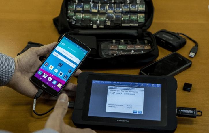 Hackeur attaquant un smartphone ou un standard téléphonique.