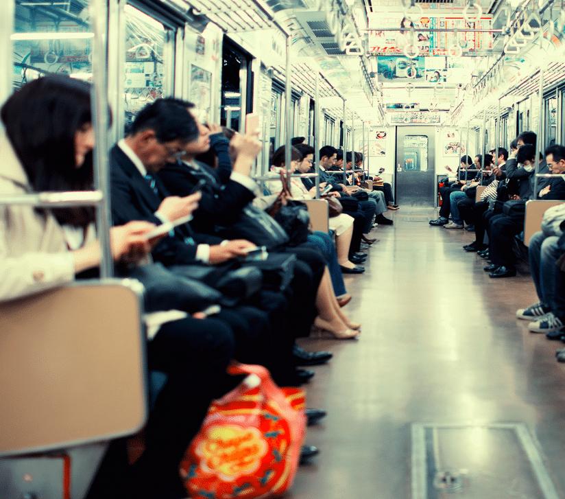Smartphones dans le métro