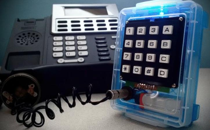 Phreaking d'un combiné de téléphone fixe.