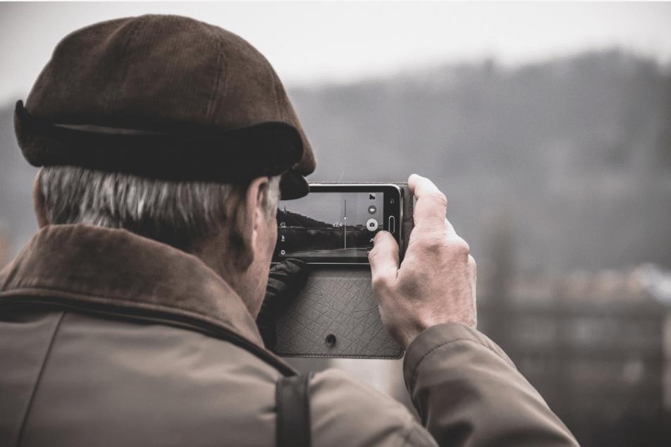 une personne âgée à l'aise avec un téléphone portable