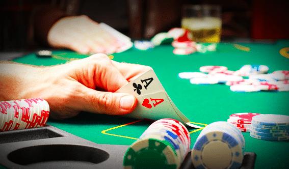Une partie de poker avec une paire d'as