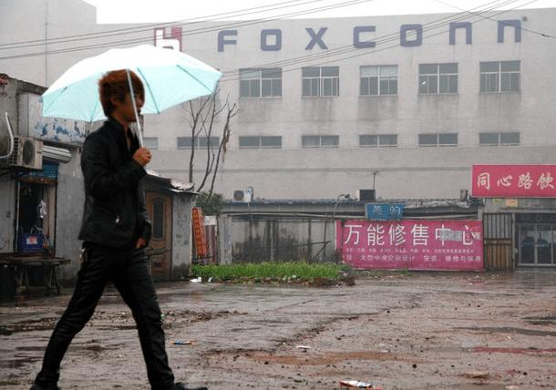 Ouvrier chinois sur le site de fabrication des iPhone X d'Apple.