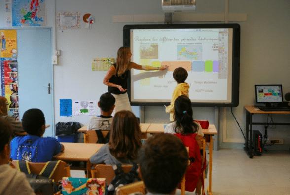 Les enfants dans les écoles peuvent s'essayer au numérique grâce au TBI.