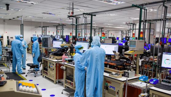 Des ouvriers américains dans une usine Apple.