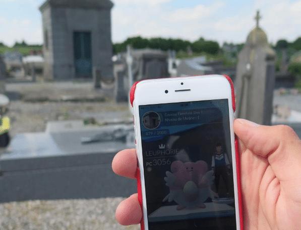Un cimetière, et un portable avec un forfait SFR.