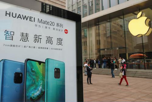 Une publicité Huawei fait face à un Apple Store en Chine