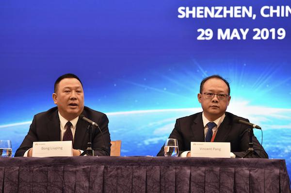 Les cadres de Huawei donnant une conférence de presse au sujet de la plainte